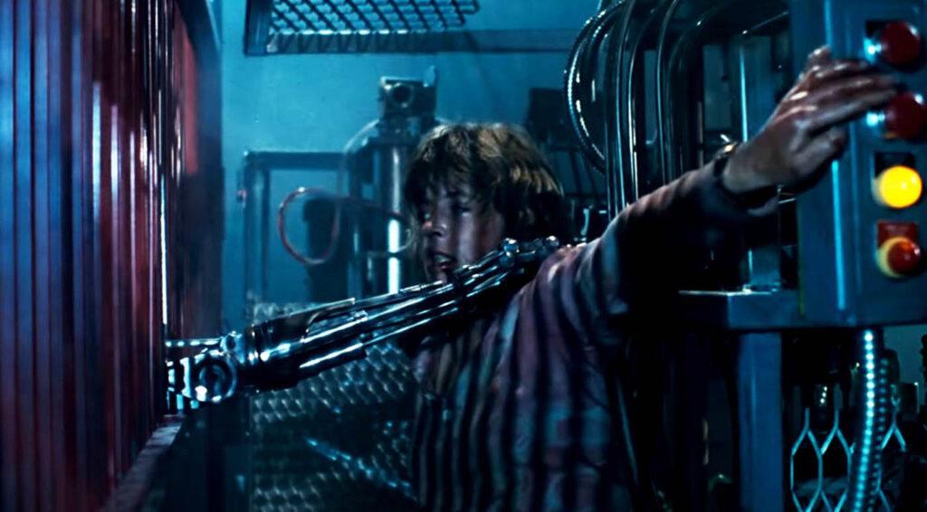 Sarah Connor miażdży Terminatora w filmie Terminator